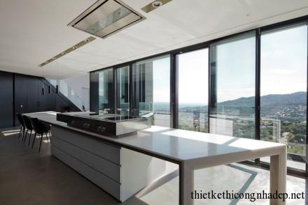 Phòng bếp được thiết kế với không gian mở và view đẹp