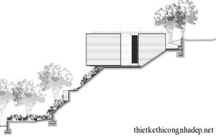 Mặt bên nhà được thiết kế trên cao nên cầu thang lên nhà khá lắt léo