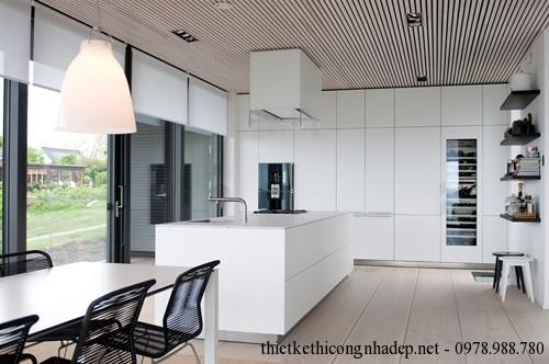 Phòng bếp được thiết kế với gam màu trăng đen là chủ đạo