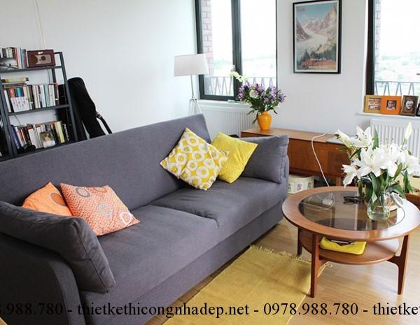 Sofa thẳng chạy dọc mép tường hoặc chọn một chiếc di văng nhỏ và bàn uống nước là sự lựa chọn hợp lý nhất