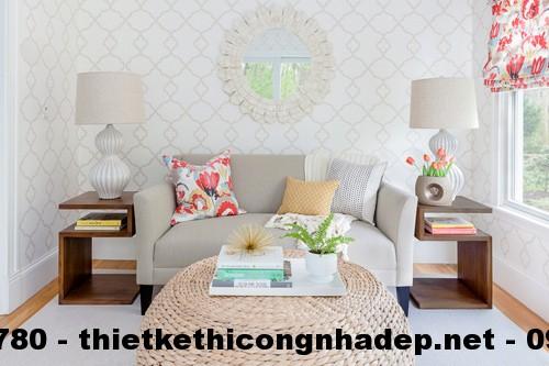 Gương và giấy dán tường tạo chiều sâu và độ rộng cho phòng khách