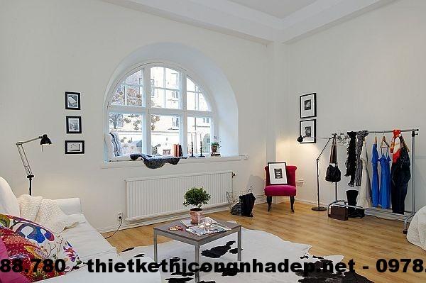 Thiết kế nội thất phòng khách đơn giản với bộ ghế sofa trắng và một chiếc bàn thủy tinh nhỏ