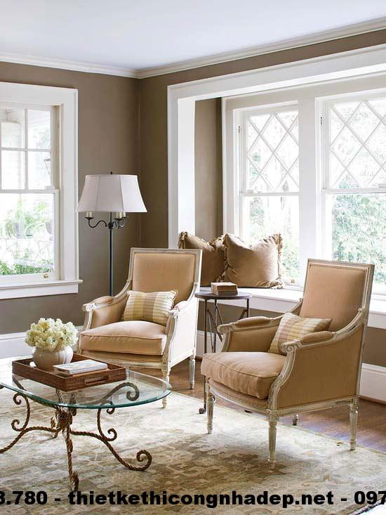 thiết kế nội thất phòng khách này cũng rất đơn giản với hai chiếc ghế ngồi màu nâu có kiểu dáng rất sang trọng và độc đáo
