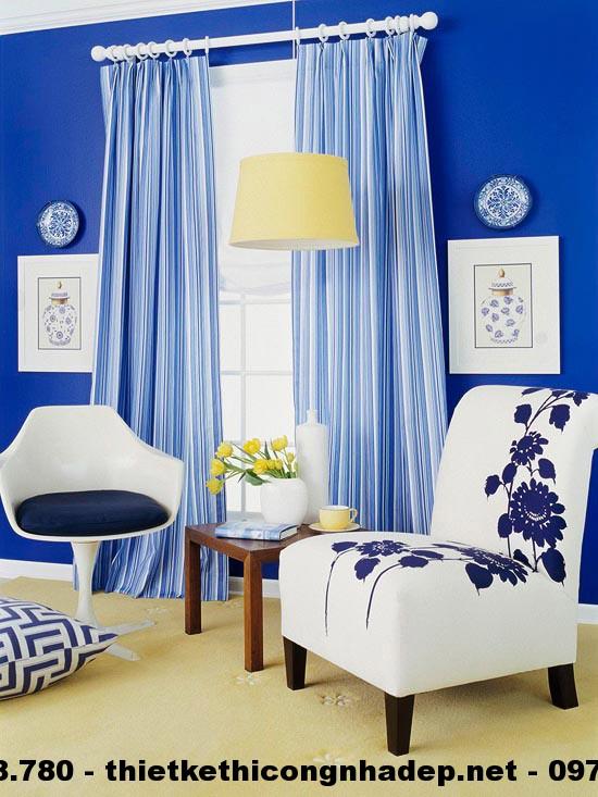Phòng khách này thực sự trang nhã và đẹp mắt với hai màu chủ đạo là trắng và xanh lam