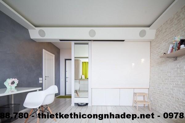 Một tấm ngăn cách ẩn đằng sau bức tường sẽ tường kéo xuống để cung cấp sự riêng tư cho phòng ngủ