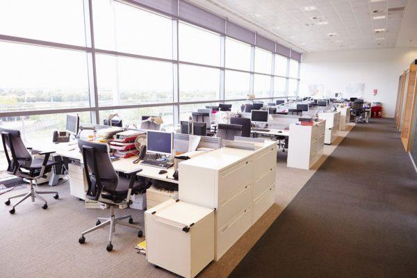Hệ thống kính trong suốt mang đến nét đẹp hiện đại và chuyên nghiệp cho không gian làm việc