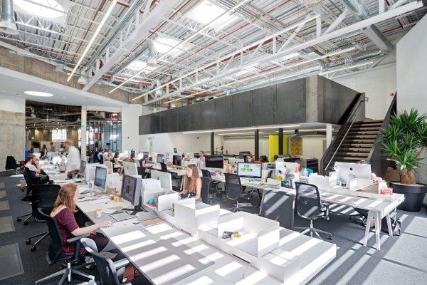 Thiết kế văn phòng mở giúp nhân viên dễ dàng tương tác với nhau nhiều hơn